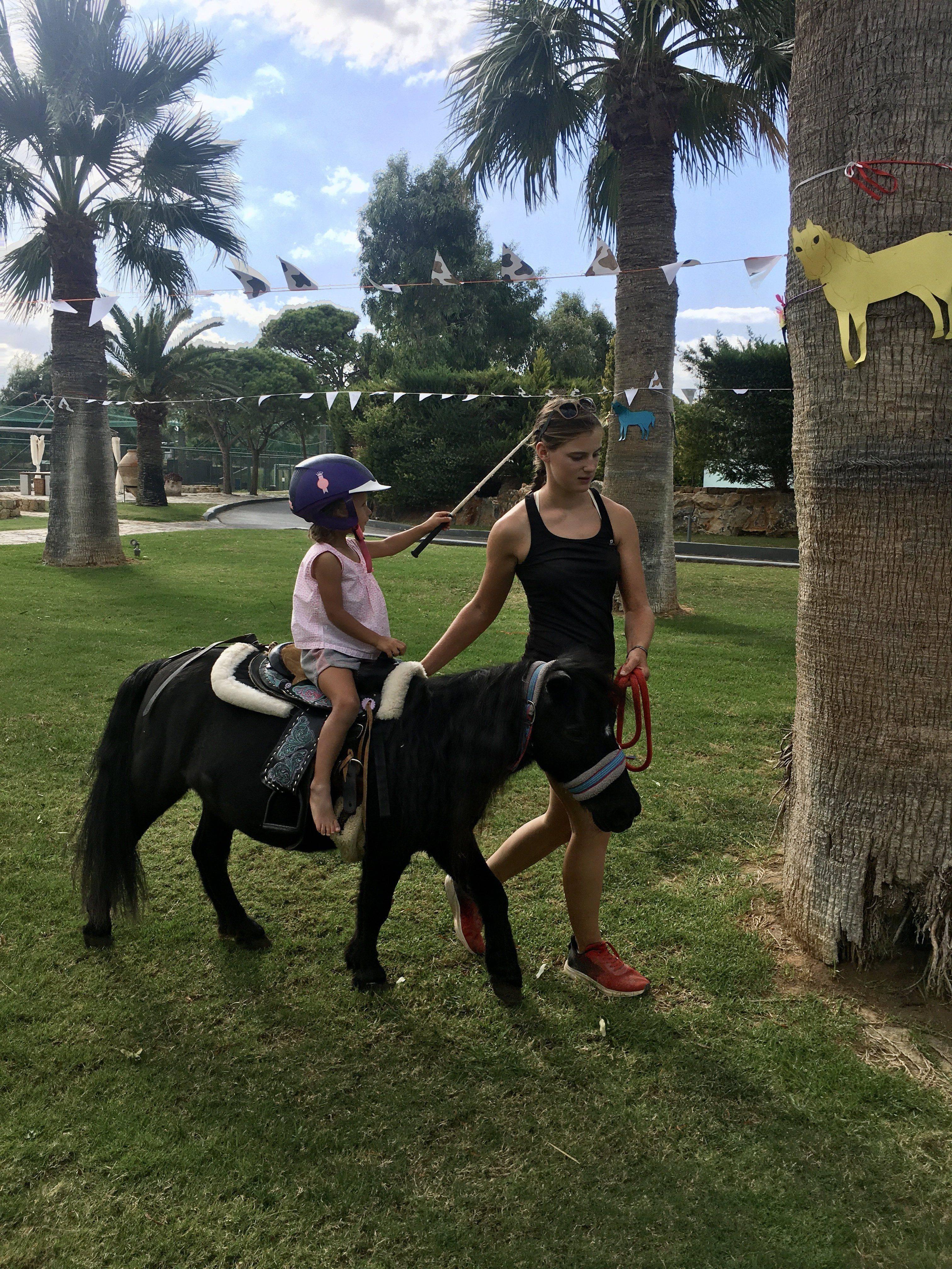 Ponyreiten im Grecotel Amirandes