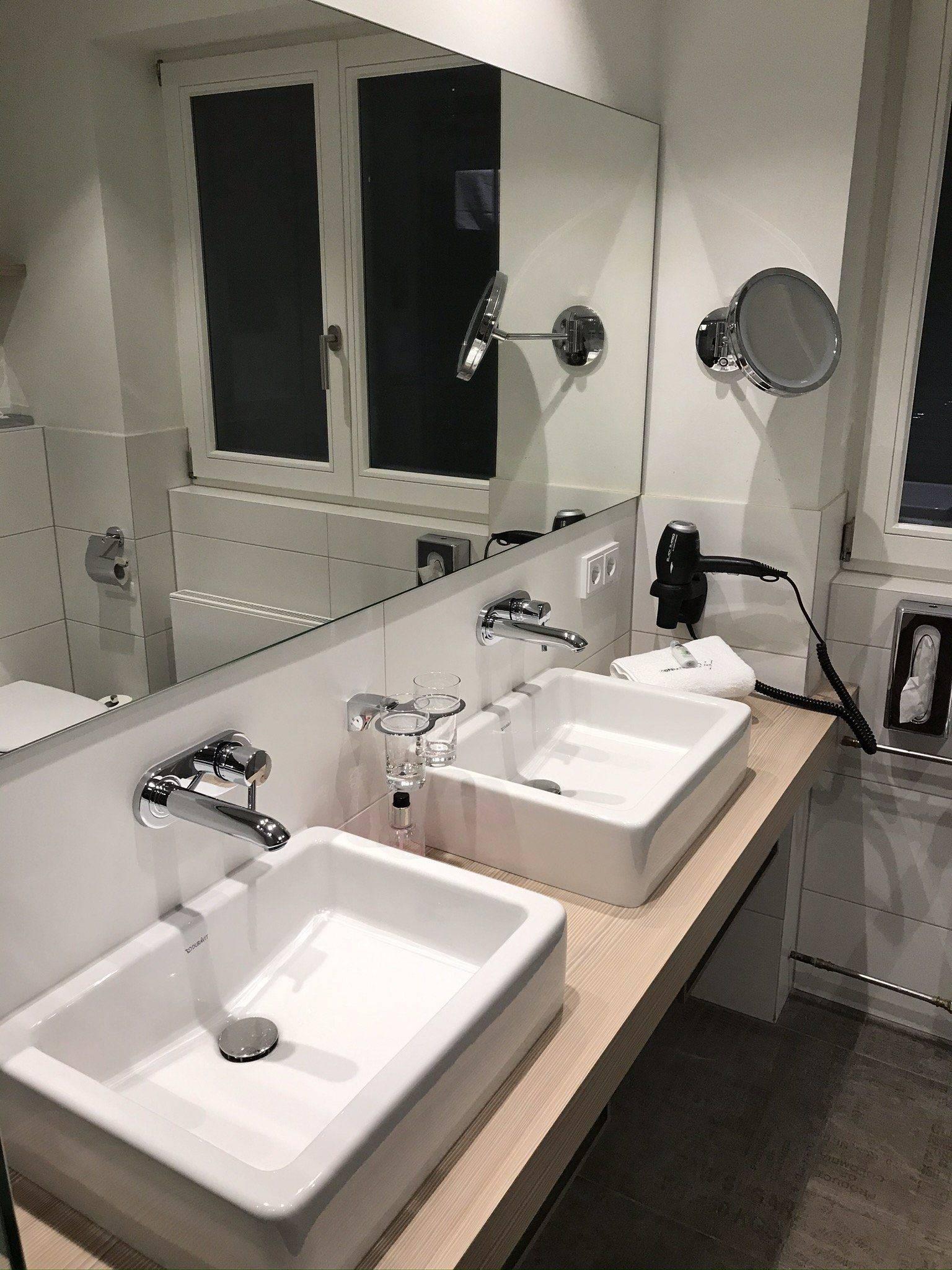 Kirnbacher Hof Familienzimmer Doppel Waschbecken