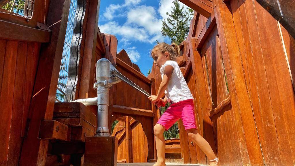 Alpsee Bergwelt Wasser Pumpe Spielplatz